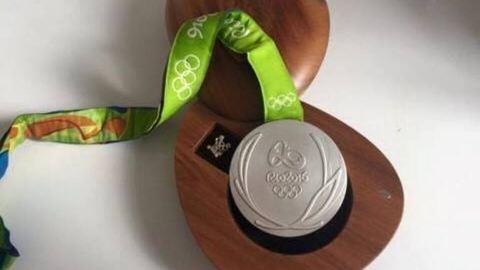 Elárverezte az olimpiai ezüstöt, hogy segítsen egy 3 éves kisfiún