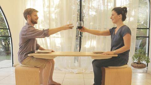Itt az asztal, aminél muszáj odafigyelned vacsorapartneredre