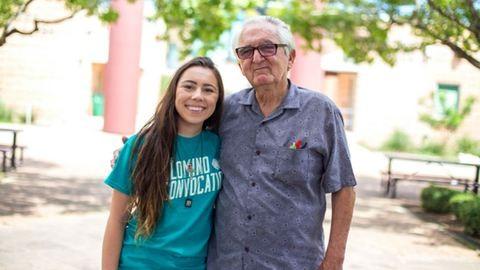Unokájával együtt fejezte be az egyetemet a 82 éves nagypapa