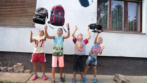 Ismerjétek meg az Ungvári családot, akik 6 gyerekkel kezdték meg az iskolát!