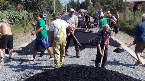 Saját maguk építik útjaikat a magyar község lakói