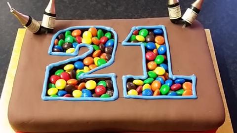 Szereted az M&M's cukorkát? Akkor ezt a tortát látnod kell! – videó