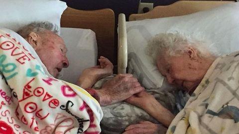 A halálos ágyán sem engedte el férje kezét az idős nő
