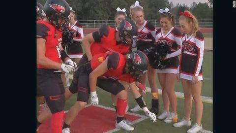 Az egész focicsapat vitt virágot a leukémiás szurkolólánynak – videó