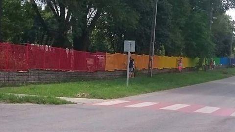 Ez lesz a szivárványszínű kerítés sorsa Pomázon