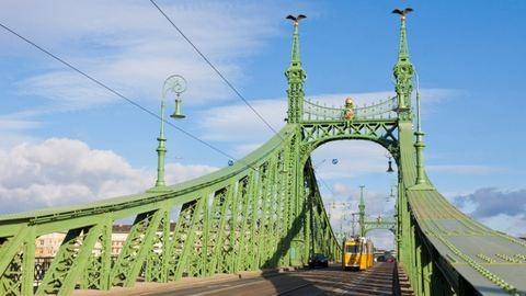 Baleset miatt áll a villamosközlekedés a Szabadság hídon