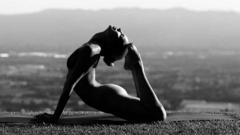 Még mindig tarol a neten a meztelenül jógázó nő