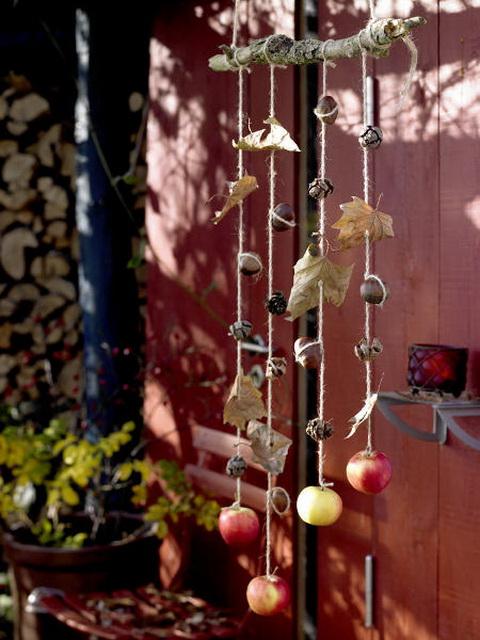 Nemcsak a lakásban, de a teraszra is szuper ötlet, ha az őszi terméseket egy erősebb madzagra felfűzöd.