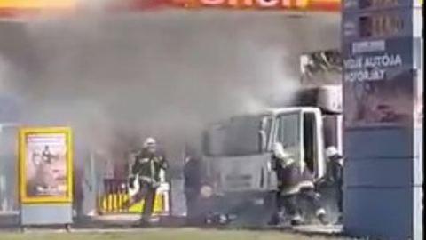 Teherautó égett az egyik győri benzinkúton