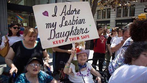 30 éve ugyanazzal a plakáttal jár a Pride-ra a 92 éves anyuka