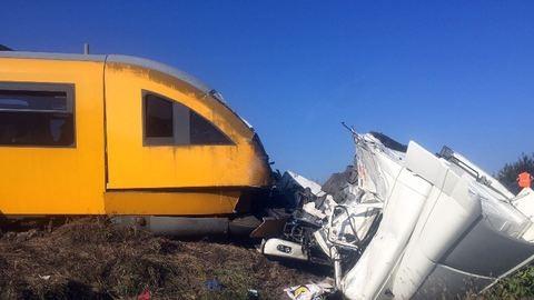 Kamion hajtott a vonat elé Nagymegyernél, harmincöt sérült