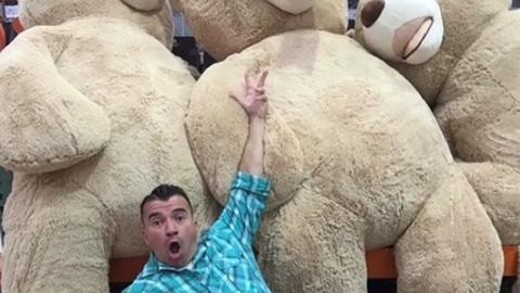 Imádja az internet a nagypapát, aki gigantikus mackóval lepte meg unokáját