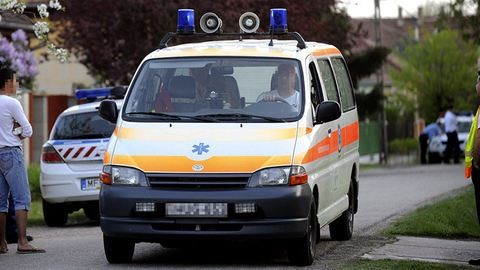 Késsel és bárddal várta a mentőket egy férfi
