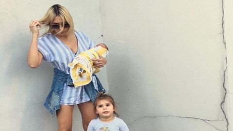 Gyönyörű fotót posztolt kisbabájáról és császársebéről az anyuka