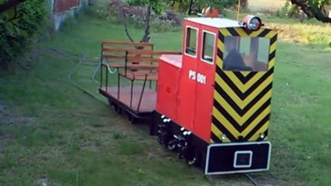 Vasutat épített a hátsó kertjébe!