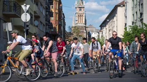 Bringás felvonulás lesz Budapesten vasárnap, lezárják a várost