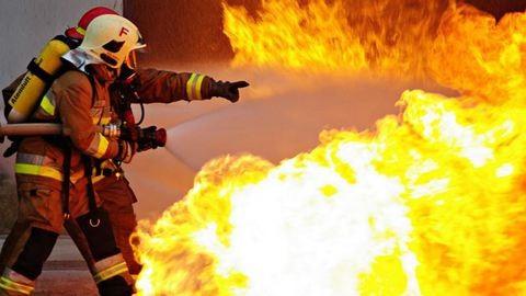 Húszméteres lángokkal ég a bútorgyár Herenden