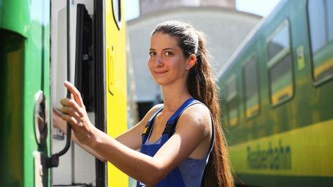 """""""A Ludmilla a kedvenc mozdonykám"""" – egy nap a vasúton a 23 éves Tar Nikolett-tel"""