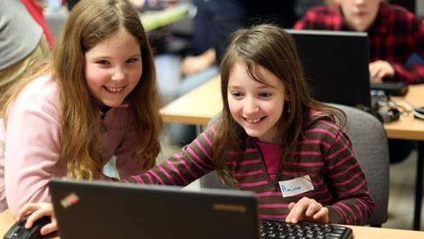 Tinilányok tanulják a szakmát Szegeden