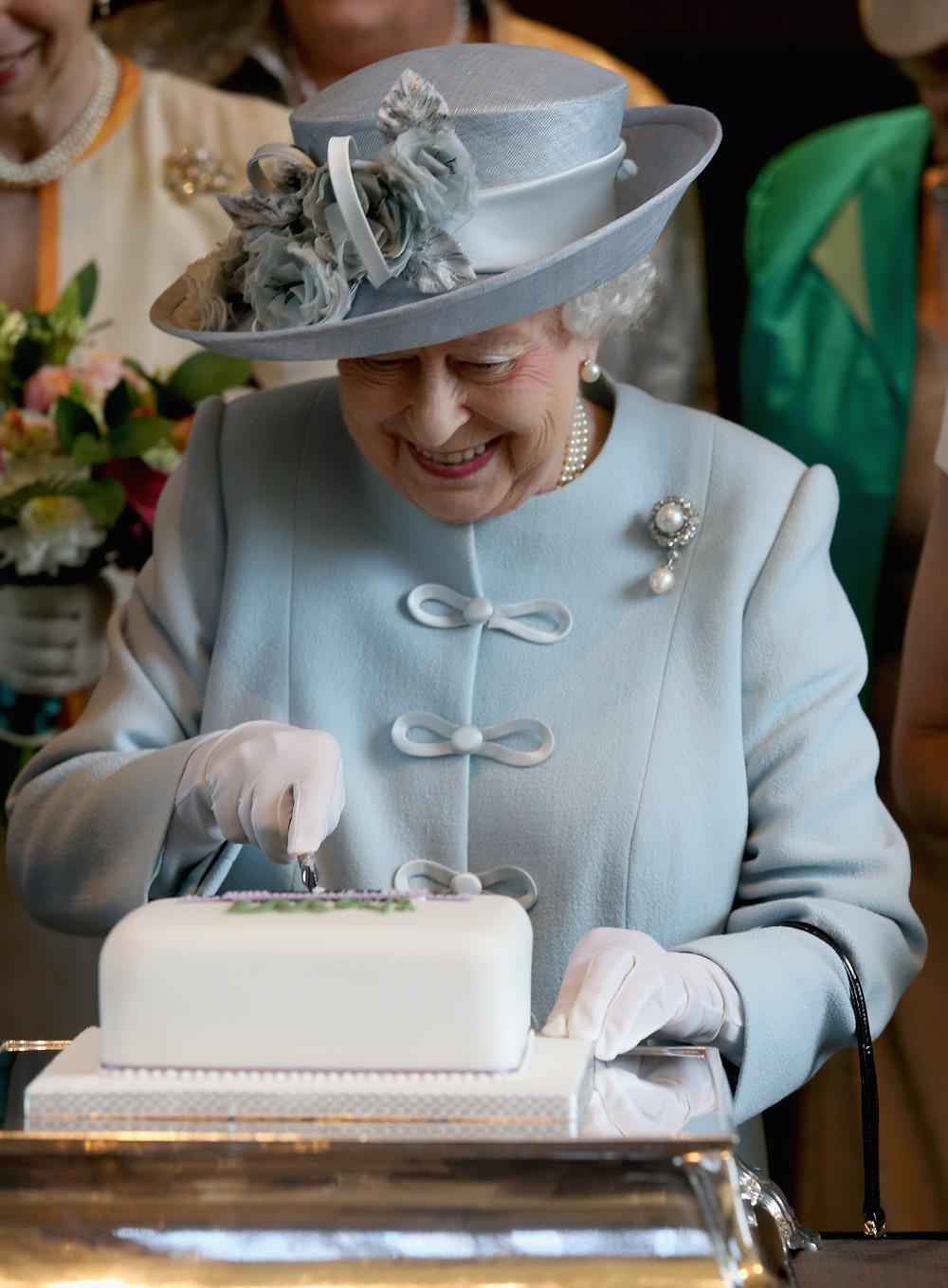 Tilos a fokhagyma, de csokis sütiből soha nem elég - titkok II. Erzsébet konyhájából
