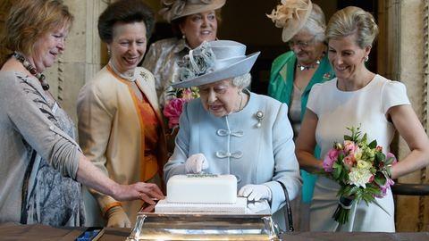 Tilos a fokhagyma, de csokis sütiből soha nem elég – titkok II. Erzsébet konyhájából