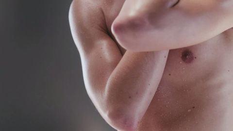 18+: Érzéki, erotikus és izzadt kisfilm mutatja meg a meztelen férfit