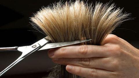 Levágta lánya haját, mert cikizte rákbeteg osztálytársát