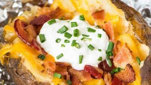 Gyors vacsora: baconös-sajtos héjában sült krumpli