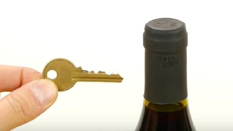 Tényleg ki lehet nyitni a borosüveget egy kulccsal – tudd meg, hogyan!