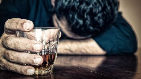 6 dolog, amit tudnod kell, ha egy hozzátartozód alkoholista