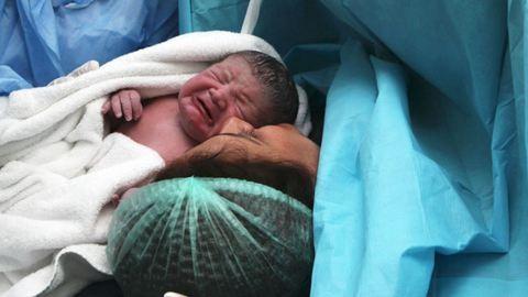 Kiszámlázták a kismamának, hogy megölelte újszülött kisfiát