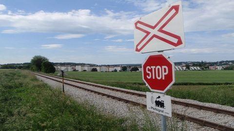 Vasúti síneken ütközött két autó, majd jött a vonat