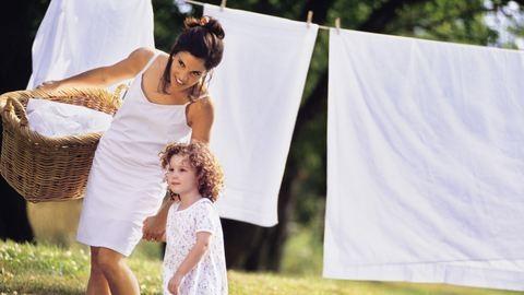 Beszürkülő fehér ruhák – így tedd őket vakító fehérré