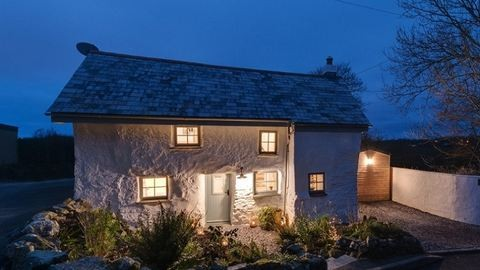 Kukkants be egy elképesztően bájos, 300 éves falusi házikóba!