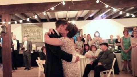 Így táncolt fia esküvőjén a kerekesszékben élő anyuka – megható videó