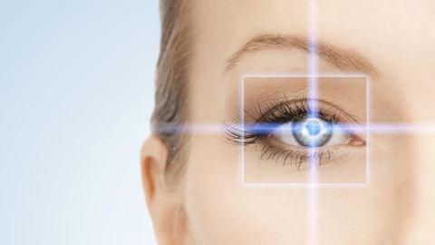 Szemüveg vagy szemműtét? – 3 nyomós ok, amit a látásodért érdemes mérlegelni