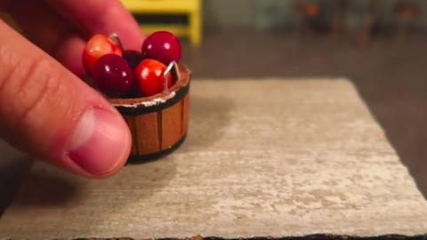 Nézd meg, hogy csinál valaki miniatűr karamellizált almát