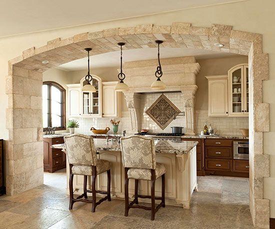 A konyha a ház központi része. Itt zajlanak a nagy családi beszélgetések, nemcsak az evés, de az összejövetelek kedvelt helyszíne.