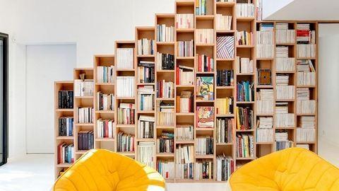 A könyvek mennyországa: dizájnos lakás, ahol könyvespolcból vannak a falak