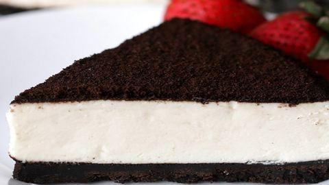 Ez a sütés nélküli sajttorta pont úgy néz ki, mint egy hatalmas Oreo