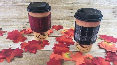 Tartsd melegen a kávét vagy a teát ilyen kockás pohármelegítőkkel!