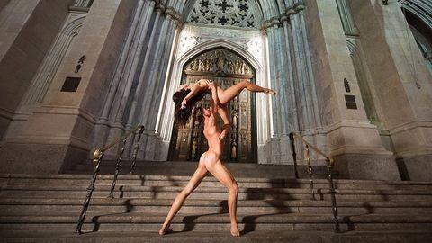 Meztelen balett-táncosok lepték el az utcákat