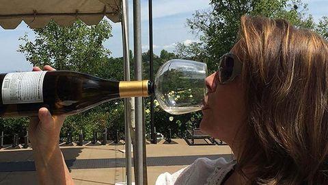 Végre itt a borospohár, amivel szégyentelenül lehet az üvegből inni!