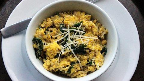 A reggeli, amitől nem maradsz éhes: spenótos, quinoás rántotta