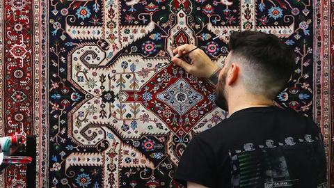 Elképesztő, perzsaszőnyegmintás festményeket készít egy művész