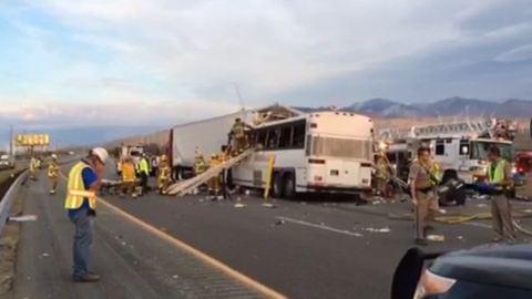 Kaliforniai baleset: a busz első öt métere eltűnt