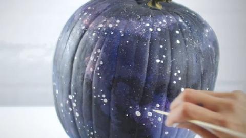 DIY: Dekoráld galaxis mintájúra a halloweeni tököt!