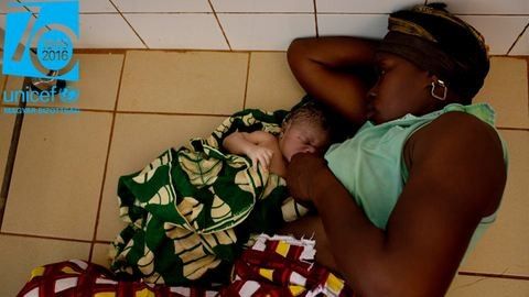 A kórház tusolójában, a padlón kapott helyet újszülött babájával