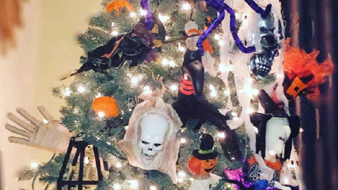 A legújabb halloweeni dekortrend: állíts kísérteties karácsonyfát!