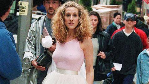 Feketében tért vissza Carrie Bradshaw híres ruhája – fotó